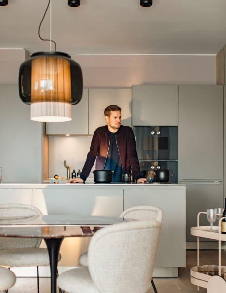 Sebastian Herkners Design ist allgegenwärtig. Allein im vergangenen Jahr wurden etwa 35 Entwürfe aus der Feder des Offenbachers lanciert. 2021 wünschen wir ihm mindestens genauso viel Erfolg – und für seine Küche einen Teppanyaki-Grill.