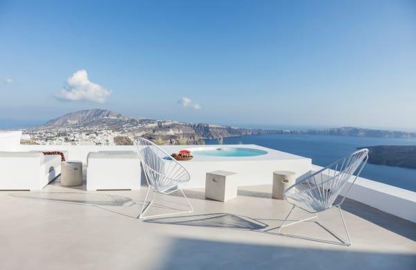 Von den Terrassen blickt man auf die vulkanischen Klippen und das Meer.