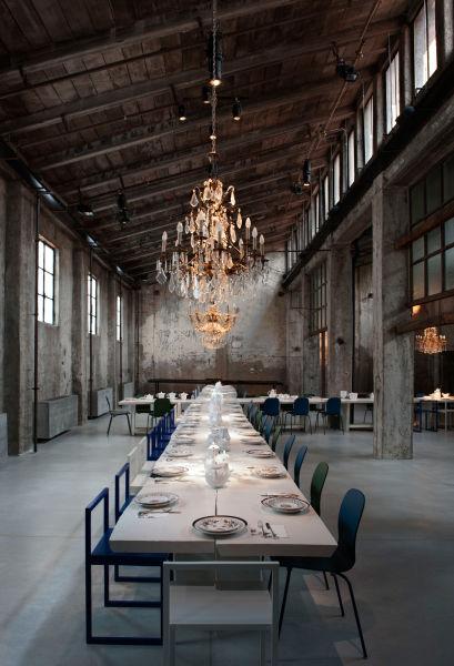 Dramatischer Auftritt: rohe Betonwände und elegante Kronleuchter im Carlo e Camilla in Mailand.