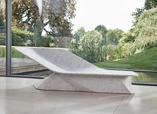 "Die Marmorliege ""Marble Wing"" von Hadi Teherani."