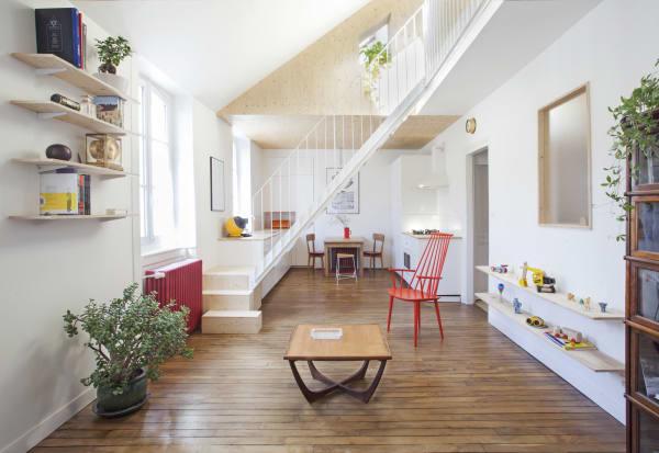 Originale Elemente des Anfang des 19. Jahrhunderts gebauten Hauses, wie die Eichendielen wurden überarbeitet um den Stil der Wohnung zu bewahren.