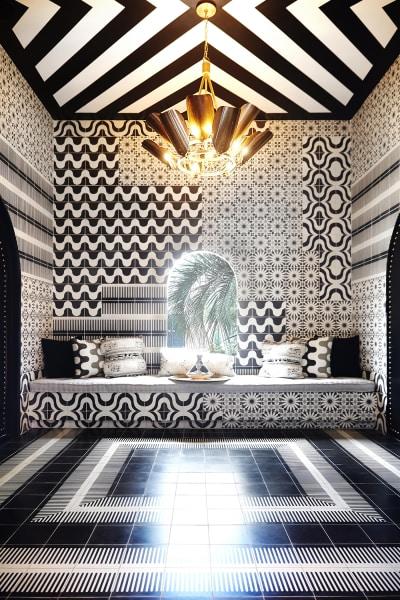 Grafische Fliesenarrangements lassen das Zimmer mit Blick auf den hoteleigenen Palmenhain, wie ein Op Art-Kunstwerk wirken.