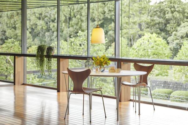 Die Sonderedition des Entwurfs von Arne Jacobsen ist aus Nußbaumfunier mit verchromten Beinen.