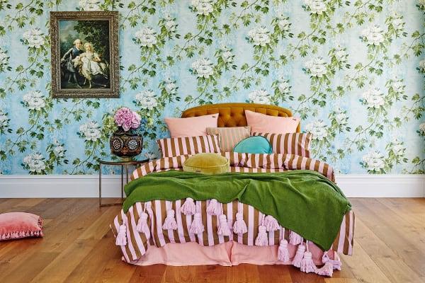 Auf Lagen liegen: Troddel-Quilt (170 Euro), Laken (40 Euro) und Kissen (ab 40 Euro) von Kip&Co.