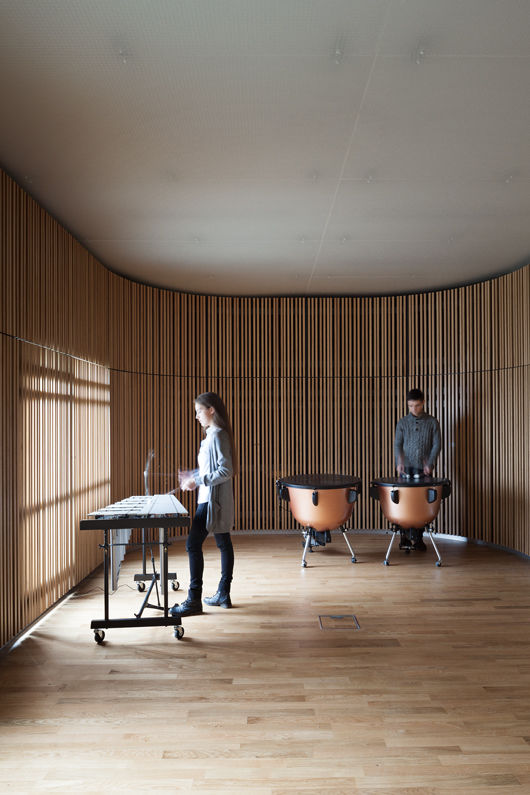 Vertical-lamellae-in-the-soundspace-for-percussion-instruments_photo-Laura-Stamer