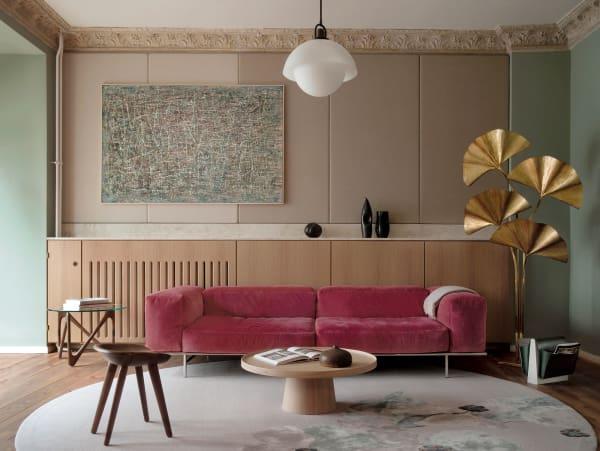 """Das Samtsofa im Showroom ist einer von drei Eigenentwürfen des Duos, der Teppich  darunter (""""Den werden wir immer lieben!"""") von Edward Fields, die Ginkgo- blatt-Leuchte ein Vintage-Stück von Tommaso Barbi."""