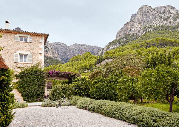 Die einstige Orangenplantage verschmilzt mit der Landschaft der Serra de Tramuntana.