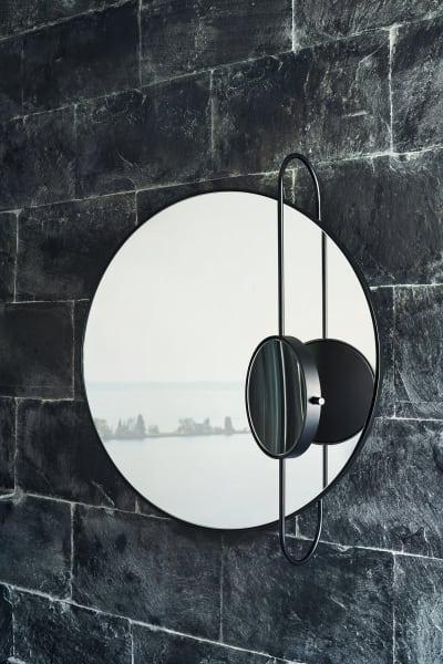 """Studiopepeentwarf einen Spiegel fürAgape. Der passt zu ideal zum freistehnden Waschbasin """"Lariana"""" von Patricia Urquiola. """"Revolving Moon"""" mit integriertem, verstellbaren Vergrößerungsspiegel erinnert an die Bewegungen des Mondes."""