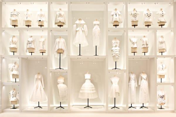 """Kleider machen Geschichte: Bis zum 7. Januar feiert das Pariser Musée        des Arts Décoratifs den Geburtstag von Dior. Vor 70 Jahren, am 12.        Februar 1947, ließ Christian Dior seine Modelle erstmals defilieren. In        der Ausstellungssektion """"Ateliers Dior"""" stehen selbst noch nicht        vollendete Kreationen, die toiles, für vollendete Eleganz."""