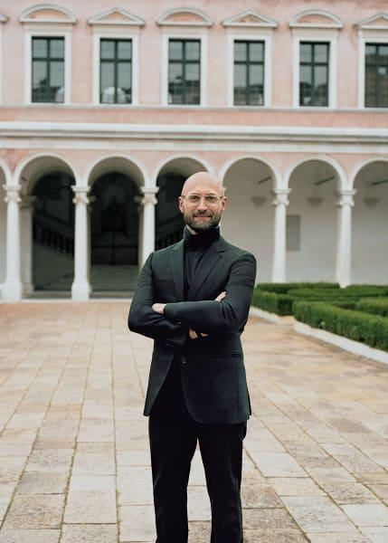 Alberto Cavalli ist Direktor der Michelangelo Foundation und Chefkurator der Kunsthandwerksmesse in Venedig. In diesem Jahr geht es ihm vor allem darum, die Beteiligten zu schützen.