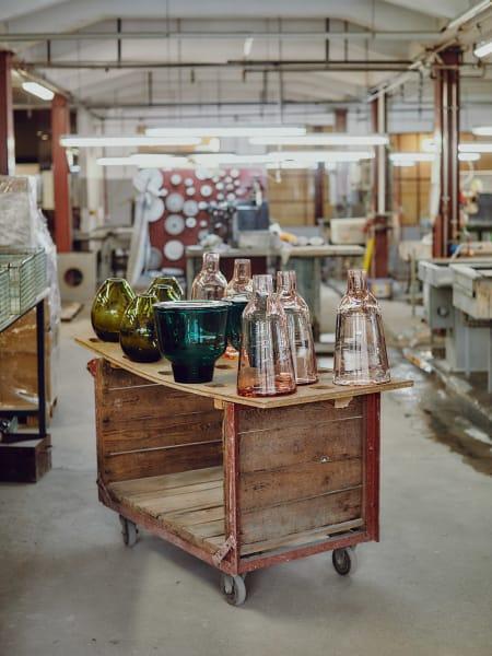 Bereit zum Feinschliff: Alle  Produktionsschritte werden in der Werkstatt von Hand ausgeführt. Bis zu neunmal täglich wird das zu fertigende Design dabei gewechselt.