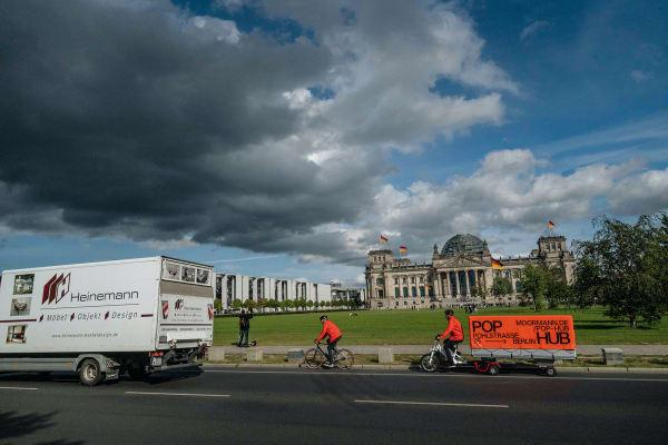 """Unterstützt von Weber Technik, entwickelte OH Studio und die Firma Moormann ein speziell ausgestattetes Lastenfahrrad, mit dem sie in zwei Tagen 67 (insgesamt stolze 974 Kilogramm wiegende) Pakete über 70 Berliner Kilometer fuhren. """"Uns eint die gemeinsame Freude am frischen Wind statt staubigem Diesel."""""""