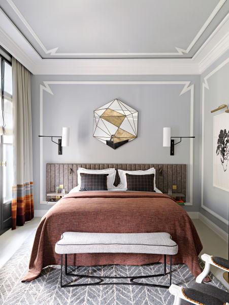 """Der zackenförmige Stuck erinnert ans Art déco, wurde aber neu geschaffen. Deniot entwarf dazu den Spiegel, der die Linienführung des Raums und das Logo des """"Nolinski"""" aufnimmt und stilisiert. Der Teppich stammt aus Marokko – eines von vielen Objekten, die wie Souvenirs wirken sollen."""