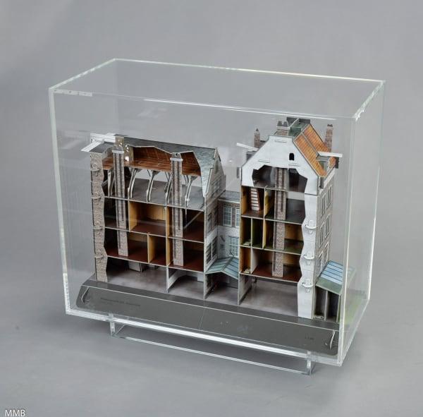 """In der Plexiglas-Kubatur des Kunsthaus Bregenz hat SimonFujiwaraden Geschenkeshop des Anne Frank Museumshineingebaut. Damit jeder die Ironie versteht gibt es auch einen Spardosenschlitz mit dem Hinweis. """"Allproceedswillbedonatedtot he Anne FrankFoundation"""". Auflage von 18 Exemplaren, dazu zwei APs, 4600 Euro."""
