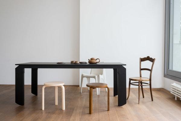 """Anton Rahlwes ließ sich für Objekte unsere Tage von Fantasy-Streifen """"Ghost in the Shell"""" inspirieren; entstanden ist der futuristische Tisch """"Novak"""". Für die trapezförmigen Tischbeine wählte er pulverbeschichtetes Stahl und für die Tischplatte Fenix."""