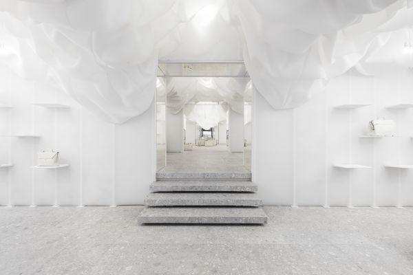 Zum Jubiläum ließ sich Valextra einen Pop-up-Store in Mailand vom New Yorker Büro Snarkitecture gestalten.