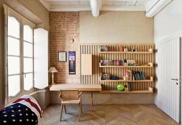 Form  follows function im Kinderzimmer: Die Bohrungenin der Regalwand dienen wie bei einem Pegboard  als Aufhängesystem – und als grafisches Element.