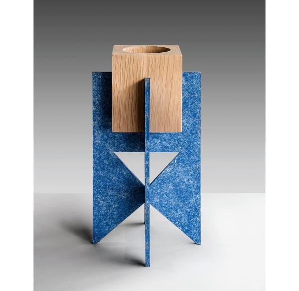 """Kerzenständer """"Stellar"""" von Okha mit geometrischer Basis aus oxidiertem Stahl, um 700 Euro."""