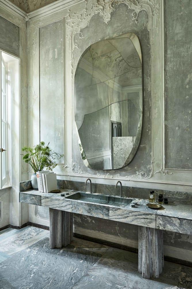 Spuren im Spiegel: Vincenzo De Cotiis' Traum-Bad in der Toskana