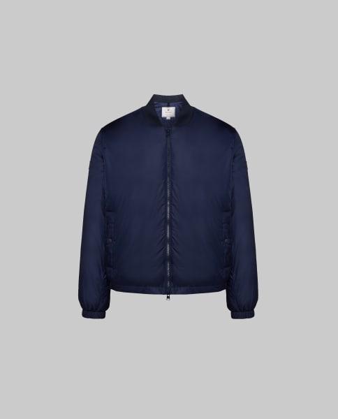 """Machen Sie mit und gewinnen Sie die """"Men's Shore Bomber Jacket"""" vonWoolrichin Größe M, im Wert von 300 Euro."""