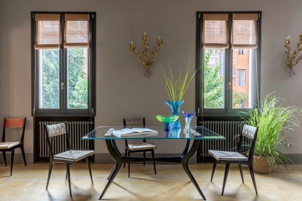 Das Gestell des Esstisches kommt von Ico Parisi, die Glasplatte ist allerdings nicht original. Die Stühle entwarf Silvio Cavatorta in den 50er Jahren.