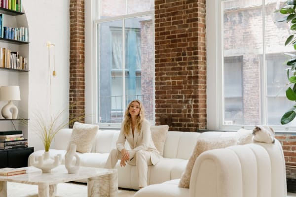 """Elsa Hosk auf ihrem Bouclé-Sofa von Bernhardt, das tatsächlich """"ein Impulskauf über Instagram"""" war."""
