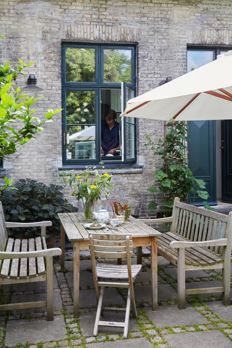 Esstisch auf der Terrasse von Adam Aamann