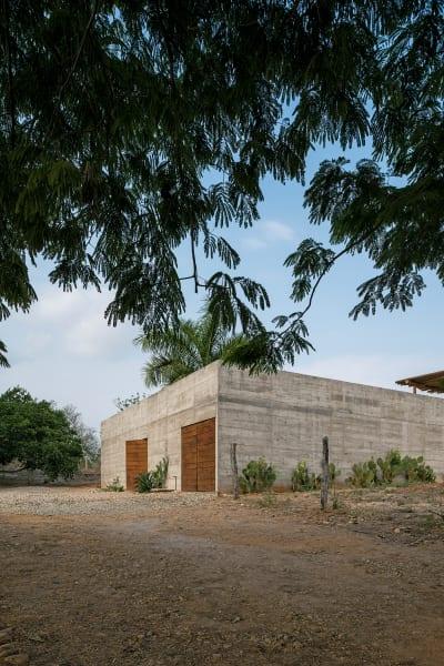 Von draußen verzichtet die Casa Zicatela auf jegliche Details – ein trutziger, schachtelartiger Bau, durchbrochen einzig von zwei Holztoren. Wer hier wohnt und wie, enthüllt sich erst beim Eintreten.