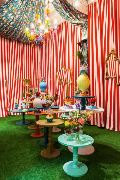 """Zirkus Bitossi präsentierte auf dem Salone """"La Tavola Scomposta"""". Bei Funky Table hieß es: """"Verpassen Sie nicht die neuen Porzellanobjekte von Paula Cademartori, kommen und staunen Sie über farbenfrohe Vasen und Dosen (ab 500 Euro), so verführerisch schön wie die Blüten exotischer Kakteen!"""""""
