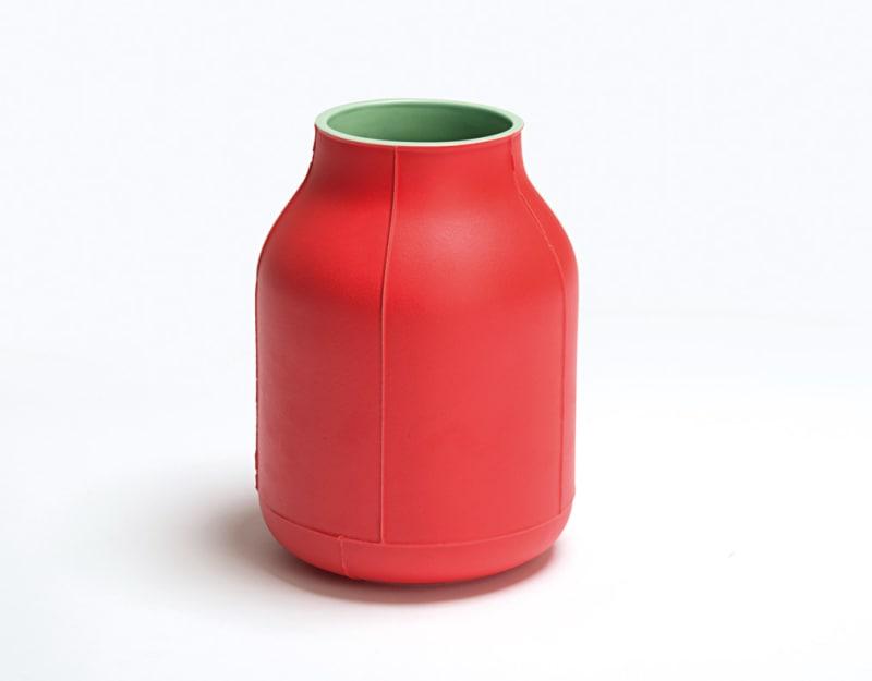 Granatapfelrote Keramikvase von Benjamin Hubert, 250 Pfund.