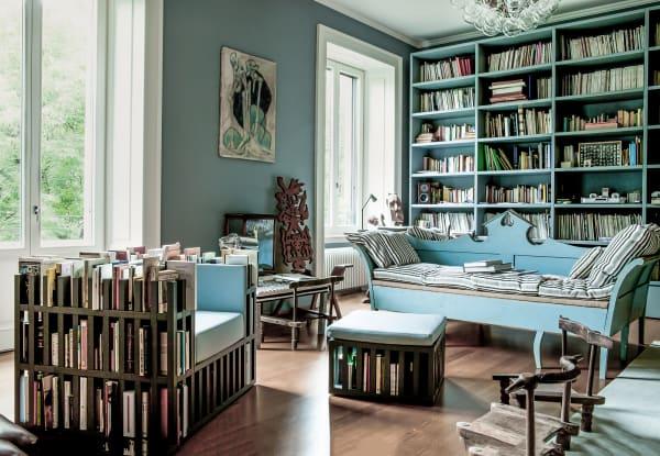 """Das Wohnzimmer bevölkern ein Totem-Thron von Roberto Matta, eine        """"Bibliochaise"""" und eine gustavianische Bank, die sich zum Gästebett        ausdehnen lässt."""