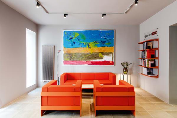 Im neuen Verkaufsraum von Ziegert Knight Frank in Frankfurt arbeitete Oskar Melzer mit leuchtenden, starken Farben, ..