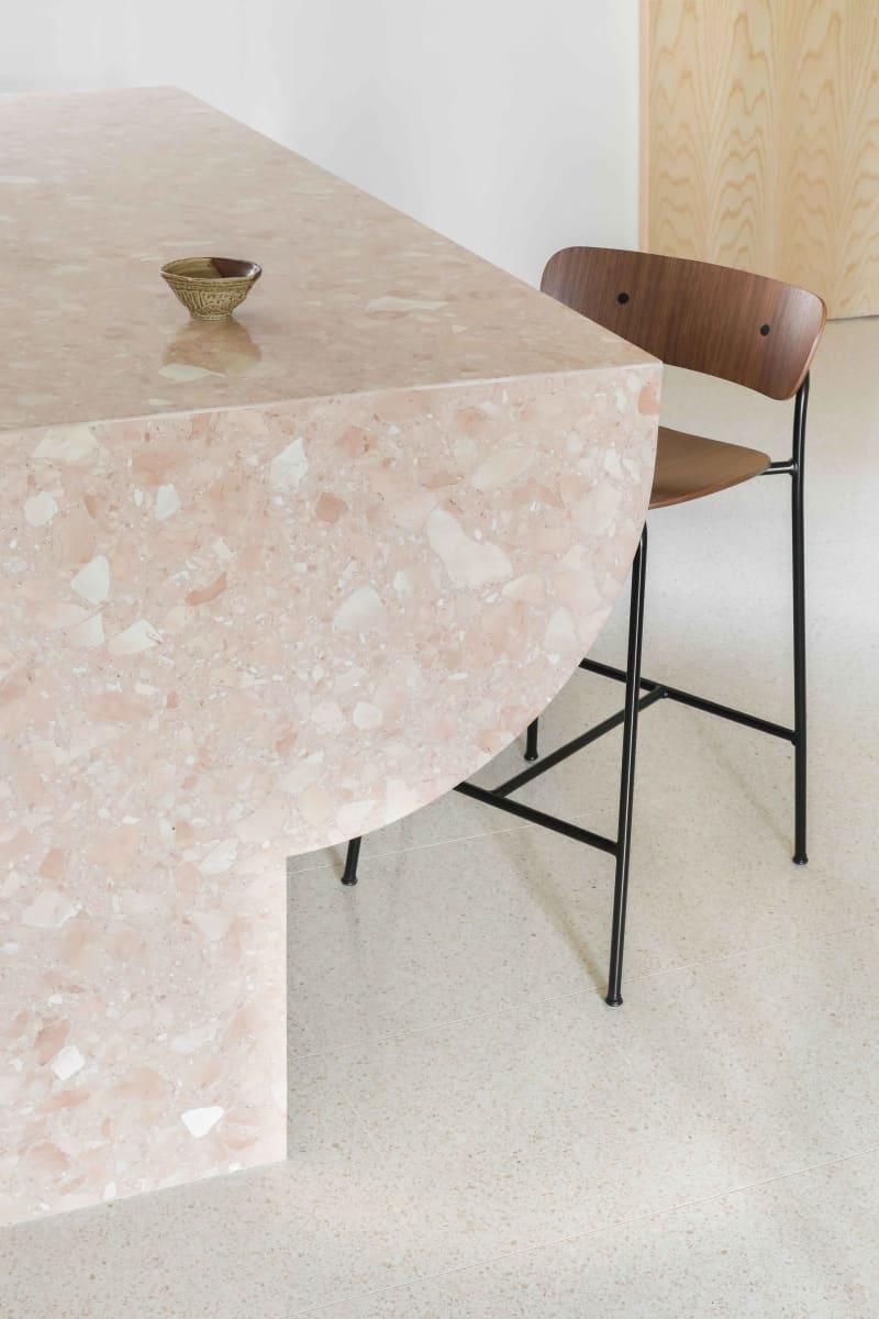 Kücheninsel in rosa Neoterrazzo von Heju Studio