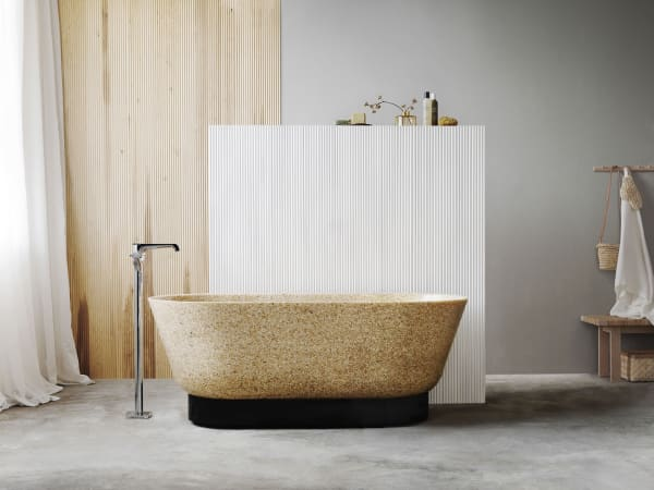 """Die frei stehende Badewanne """"Flow"""" (4000 Euro) ist aus einem Vollholz-Verbundwerkstoff aus Echtholzspänen und Harzen gefertigt."""