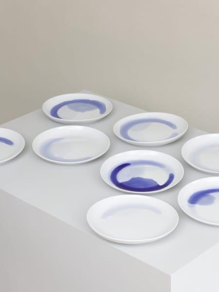Aus dem Farbmalkasten: kobaltblaue Lasur fließt in ihrem ganz eigenen Strom und macht jeden Teller der Kollektion einzigartig.