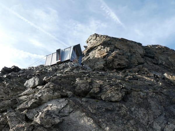Mit Drahtseilen wird die Hütte an dem Berg befestigt, sodass Witterungen wenig beeinflussen.