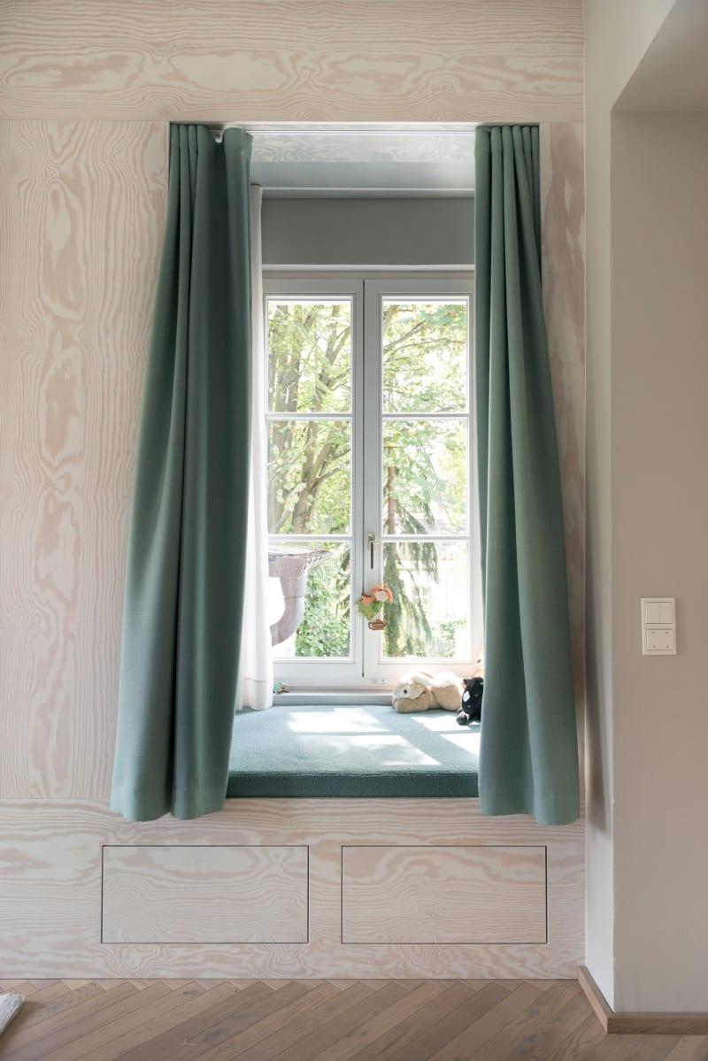 Fensternische in einem Kinderzimmer von Studio Karhard