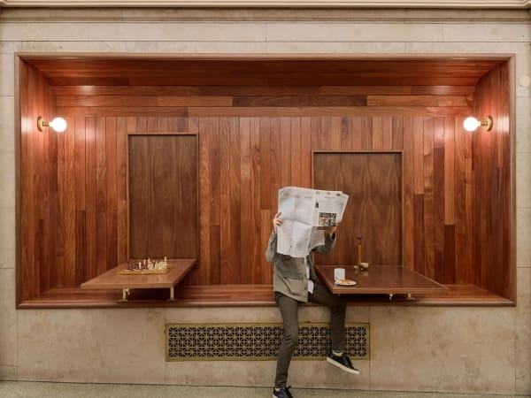 Das Designbüro Workstead gestaltete Mahagoni-Nischen.