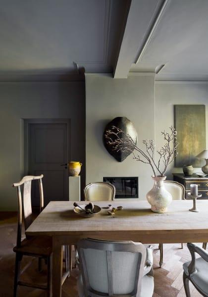 Der Tisch in ihrem Esszimmer wurde aus dem Holz einer  gefällten Eiche des Parks gefertigt, hinten rechts ist ein Gemälde der  Künstlerin zu sehen.