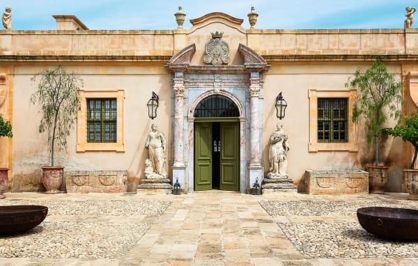 Eingangsportal des ehemaligen Jesuitenklosters in Noto, Sizilien.