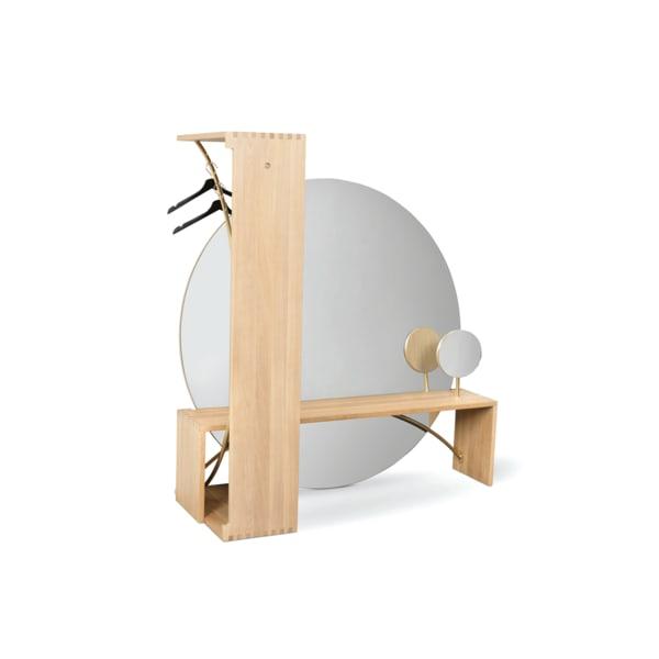 """Maters """"Grace"""" lässt sich von einer Bank-Coiffeusen-Kombination im Handumdrehen zur Garderobe umfunktionieren, Eiche mit Messing, 3350 Euro."""