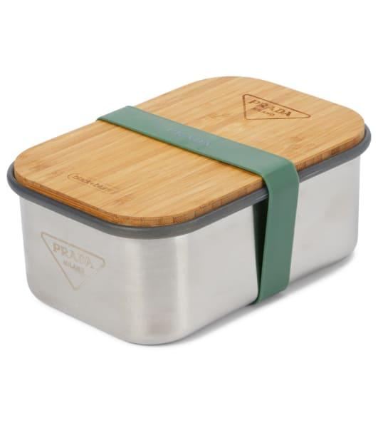 Prada und Black + Blum machten gemeinsame Sache und kreierten eine Lunchbox aus Aluminium mit einem Deckel aus Bambusholz – very fashionable! Erhältlich über Mytheresa.com, um 95 Euro.