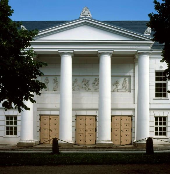 Wilhelm Malte, Fürst zu Putbus, dachte an alles: Zur Erbauung der Badegäste wurde ein Theater mit Musenfries errichtet. Heute werden hier bis zu 300 Vorstellungen pro Jahr gezeigt.