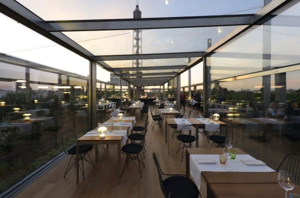 Die Hauptidee der Architekten war einen Raum zu kreieren, wo man sich gleichzeitig in der Natur- und in der Stadtumgebung fühlen kann.