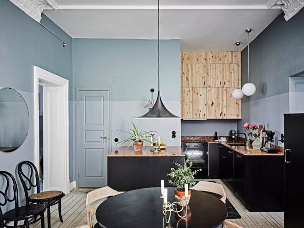 Die Küche ist Custom-made mit einer Arbeitsplatte aus Marmo rosso di Verona, die Unterschränke sind von Ikea mit Fronten von Picky Living, die Wandfarbe ist von Little Greene.