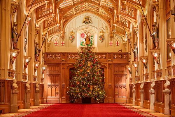 Zum esrten Mal seit den 1980er-Jahren feiert die royale Familie nicht auf Sandringham und nicht zusammen – sondern aufgrund der Pandemie getrennt. Die Queen und ihr Mann ziehen sich für die Festtage nach Windsor Castle zurück; in der St. George Hall steht ein prächtig geschmückter, über sechs Meter hoher Baum, geschlagen auf dem königlichen Anwesen.