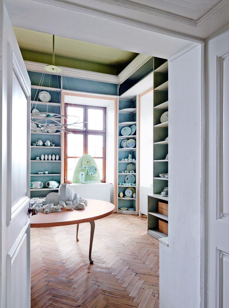 """Im Modernen Zimmer stehen Teile des in  Biskuit gefertigten Service """"Lightscape"""" von  Ruth Gurvich."""