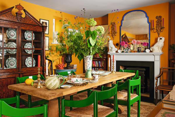 Damit der Spiegel auf den Kamin im Esszimmer passte, ließen die Hausherren ihn teilen. Der Schrank – ebenfalls vor Toffee-Gelb von Farrow & Ball – war ihr erster Mitbewohner.