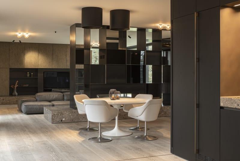 Wohnbereich einer Villa in Grünwald mit Einbauten von Holzrausch