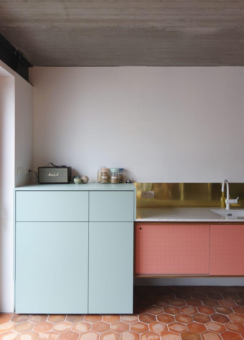 Kunterbunte Küche von Dries Otten mit geschlossenem Schrank